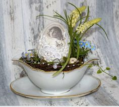 An old gravy boat as Easter arrangement., old gravy boat as Easter arrangement. Decorated with a self-made nostalgic easter egg, spring bloomers, natural materials, artificial plants and sn. Shabby Vintage, Easter Recipes, Artificial Plants, Spring Crafts, Natural Materials, Indoor Plants, Easter Eggs, Floral Arrangements, Etsy