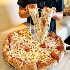 [New] The 10 Best Foods Today (with Pictures) - Compartirías esta pizza? Think Food, I Love Food, Good Food, Yummy Food, Comida Pizza, Junk Food Snacks, London Food, Food Platters, Food Goals