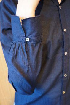 インディゴローンスタンドカラー「へり」シャツ Kurti Sleeves Design, Sleeves Designs For Dresses, Sleeve Designs, Kurta Designs, Blouse Designs, Sewing Sleeves, Dress Sewing, Gents Kurta, Sewing Blouses