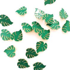 Monstera leaf Broche Pin Badge by Oelwein on Etsy Leaf Jewelry, Pin Badges, Pin Collection, Brooch Pin, Plant Leaves, Jewelry Accessories, Etsy, Deco, Plants