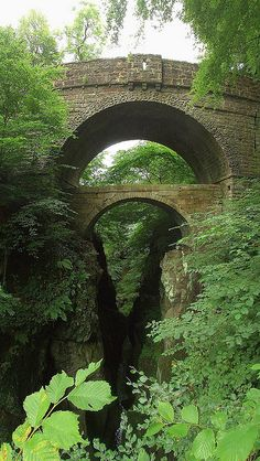 the lower one is the original bridge from 300 years ago. It was superceded by the upper (wider) one a hundred years later. The newer bridge also cuts out a rather tricky incline on the approaches on either side of the gorge. The bottom bridge is the abandoned one