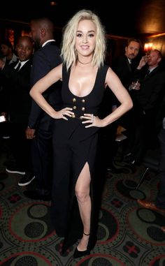 Katy Perry from Grammys 2017 After-Party Pics After performing Chained to the Rhythm, the pop princess changes into a new look for Universal Music Groups 2017 Grammy After-Party. Katy Perry Grammy, Katy Perry Fotos, Santa Barbara, Vestidos Valentino, Katy Perry Gallery, Grammys 2017, Katy Perry Pictures, Pop Fashion, Catwalk Fashion