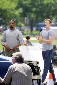 Holy moly Chris Evans arms.... Gurl please his stance and that wink.... Good GAWD !