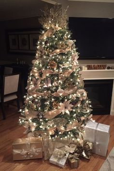 Rustic Glam Elegant Christmas Tree in Golds, Champagne, and Brown – Home Decoration Champagne Christmas Tree, Rose Gold Christmas Tree, Rose Gold Christmas Decorations, Elegant Christmas Trees, Christmas Tree Inspiration, Christmas Tree Themes, Rustic Christmas, Black Christmas, Burlap Christmas Tree