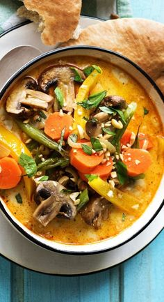 Yellow curry with oven vegetables, recipe Hello Fresh - Step-by-step recipe: Yellow curry with oven-cooked vegetables, peanuts and Indian Naan bread Indian - Healthy Vegetarian Breakfast, Quick Healthy Meals, Vegetarian Recipes Dinner, Healthy Crockpot Recipes, Healthy Eating Recipes, Dinner Healthy, Naan, Oven Vegetables, Mixed Vegetables