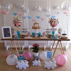 #inlove por essa decoração Via @mania.de.decorar By @fofsdesign e @delicafestas Chá de bebê delicadíssimo da Maria Eduarda no tema pássaros e nuvens. Mais fotos e detalhes na página da Delicá Festas Personalizadas no facebook. Foto: @daniel.grandjean Chalkboard, quadrinho e bandeirola:@fofsdesign Arranjos florais:@marciamesquitafestaseventos Bolo e doces:@bolodecanecaconfeitaria Balões lindos com penas no interior: @balaocultura #chadebebe #babyshower #decoracaoinfantil #decoracaopassa...