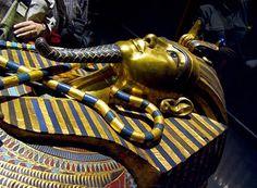 Tweede sarcofaag: de tekenen van het koningschap gekruist over de borst.