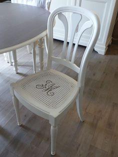 Peindre le rotin, l'osier ou la paille d'une chaise - Eleonore Déco Home Staging, Dining Chairs, Home Decor, Furniture Ideas, Images, Diy, Stencils, Decoration Home, Room Decor