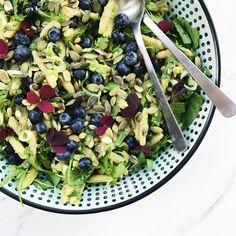 Pastasalat med pesto smager helt fantastisk. Denne opskrift på pastasalat med pesto er også med avokado, blåbær og græskarkerner. Food N, Food And Drink, Pasta Med Pesto, Salad Recipes, Healthy Recipes, Avocado, Birthday Dinners, Food Inspiration, Healthy Lifestyle