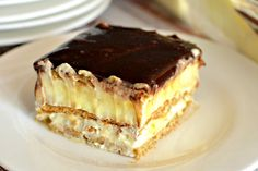 This easy graham cracker eclair cake recipe an easy, no bake dessert that's sure to impress the family every time! Make this ASAP and see! Eclair Cake Recipes, Cookie Recipes, Eclair Recipe, Chocolate Eclair Cake, Romanian Desserts, Romanian Food, Cheap Clean Eating, Hungarian Recipes, Sweet Tarts