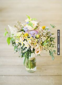 mini daisy wedding bouquet | VIA #WEDDINGPINS.NET