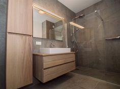 Deze badkamer in een appartement in hartje werd grondig gerenoveerd met heel knappe materialen. De inloopdouche werd uitgewerkt met knappe zacht-grijze tegels van Provenza en een regendouche van Hansgrohe. De eye-catcher van de badkamer is het majesteuze lavabomeubel van F&F. De massieve Franse eik werd zacht geborsteld om mee in … Bathroom Toilets, Basement Bathroom, Contemporary Bathrooms, Modern Bathroom, Closet Designs, Vanity Cabinet, Powder Room, Furniture Decor, Interior And Exterior
