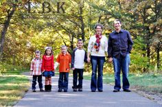Family of 6 photo inspiration, fall colors worked into their wardrobe brilliantly! Family photo poses.