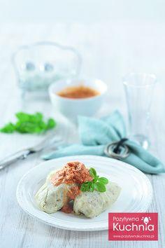Klasyczne, polskie gołąbki z mięsem, cebulą i ryżem, zawijane w kapustę, podane z sosem pomidorowo-śmietankowym. http://pozytywnakuchnia.pl/golabki/ #przepis #obiad #kuchnia
