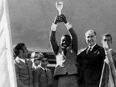 Rio de Janeiro, Brasil. Copa do Mundo de 1970: Pelé levanta a Taça Jules Rimet conquistada no México, ao lado do presidente Emílio Garrastazu Médici.