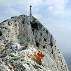 L'éperon rocheux de la Croix de Provence avec sa croix en fer, est probablement l'image la plus emblématique de Sainte-Victoire. La croix, dressée à 945m et haute de 19m, fut érigée en 1871.