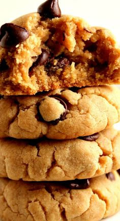 Peanut Butter Chocolate Chip Cookies Recipe ~ Soft and thick peanut butter cookies with chocolate chips... Quick and easy cookie dough that requires no mixer and no chilling the dough!