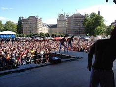 Eine rießen Menschenmasse vor der Bühne.