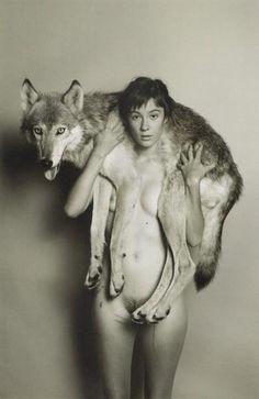 Abrigo de pieles. La portada del último disco de Bat for Lashes es casi igual