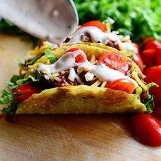 Salad Tacos ~~ From The Pioneer Woman Cooks / Ree Drummond Mexican Dishes, Mexican Food Recipes, Beef Recipes, Snack Recipes, Dinner Recipes, Cooking Recipes, Mexican Cooking, Cooking Tips, Recipies