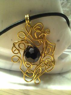 Ciondolo wire alluminio color oro e perla di vetro