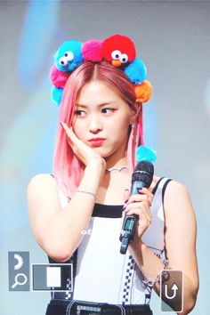 Ryujin with a head full of Baby gonks or Muppets or . South Korean Girls, Korean Girl Groups, Korean Princess, China, Pink Hair, Kpop Girls, Rapper, Beauty, Spider