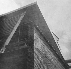 """""""A l'étage, les murs périmétriques de la salle d'exposition donnent un échantillonnage des diverses possibilités en la matière, en briques pleines ou en briques de parement. Ces murs ne jouent aucun rôle statique, car c'eut été une démonstration de peu de valeur dans une construction de ce genre pour des matériaux permettant d'édifier, sans ossature, des immeubles d'un grand nombre de niveaux."""""""