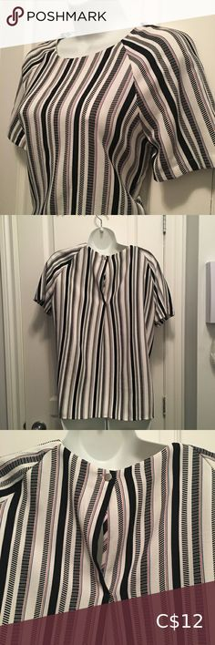 💍3/20$💍 H&M striped t-shirt Super cute tshirt Short sleeves White with red / black/ blue striped design Polyester & elastane Size 8 from H&M Excellent condition H&M Tops Tees - Short Sleeve Rose T Shirt, Beige Blazer, Purple Shorts, Baby Pants, Blue Hoodie, Knit Shirt, Wool Skirts, Casual T Shirts, Stripes Design