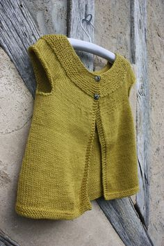 Sleeveless cardigan with round neckline - vest Cardigan Au Crochet, Knit Crochet, Knit Vest Pattern, Knitting Patterns, Sleeveless Cardigan, Baby Knitting, Baby Dress, Pullover Sweaters, Knitwear