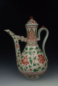 Red & green coloring porcelain lidded wine pot with flower pattern, Middle Ming Dynasty.