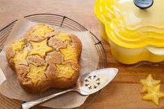 Starfruit Upside Down Cake Recipe for Le Creuset. Maybe this would be a good reason to get the flower pot? Just Desserts, Delicious Desserts, Yummy Food, Sweet Recipes, Cake Recipes, Dessert Recipes, Cupcakes, Cupcake Cakes, Cocotte Recipe