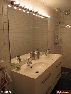 Belysning från IKEA placeras ovanför spegeln alternativt monteras belysningen på vardera sida av spegeln och riktas in mot spegelns mitt så att ljuset reflekteras både i spegeln och i ansiktet.