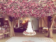 Lindo bolo suspenso para Vanessa e Rodrigo realizar um lindo sonho de casamento .#decoraçãolucianamazzini @vanessafayal