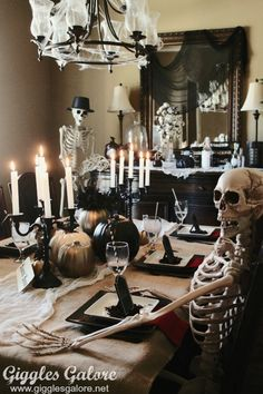 Mystery Dinner Party Host a Murder Mystery Dinner Party for Halloween this year, it's a party everyone will be dying to come to!Host a Murder Mystery Dinner Party for Halloween this year, it's a party everyone will be dying to come to! Halloween Tisch, Soirée Halloween, Halloween Dinner, Halloween Home Decor, Diy Halloween Decorations, Holidays Halloween, Halloween Themes, Halloween Parties, Vintage Halloween