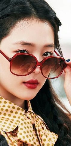 Sulli Choi, Sweet Peach, Girl Inspiration, Korean Actresses, Rest In Peace, Cat Eye Sunglasses, Magazines, Faces, Angel