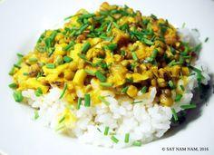 Tämä vegaaninen mungpapu-curry on saanut innotuksensa  kundaliinijoogamestarin ja joogin, Yogi Bhajanin mukaan. Luin eräänä iltana  tietoa Yogi Bhajanista ja törmäsin hänen luentoihinsa terveydestä.  Mielenkiinnolla lueskelin hänen ajatuksiaan ja yksi idea mikä tarttui  matkaan, oli hänen suosit