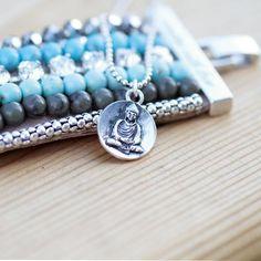 Prachtige kleuren combinatie van turquoise, blauw, olijf, zilver, wit kristal en hematiet. Een stoere blikvanger waar je niet om heen kan. Deze 4cm brede armband, met z'n opgestikte verzilverde schakels, Swarovski kristallen en robuuste slot maakt iedere outfit helemaal af!