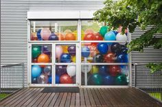 Duizenden ballonnen in installatie Work No. 1562. Half the Air in a Given Space (2013) van Martin Creed tijdens laatste 10 dagen Museum De Paviljoens. © Mark Kuipers, Museum De Paviljoens