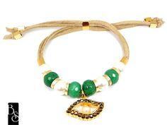 Pulseira com pedras naturais na cor verde esmeralda,com perolas e pingente de olho grego com strass dourados. fecho de auto regulagem. Bijuteria R$52,00