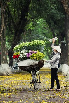 My next stop - Hanoi, Vietnam. Street flower sellers in Hanoi We Are The World, People Of The World, Wonders Of The World, Laos, Hanoi Vietnam, Vietnam Travel, Beautiful World, Beautiful Places, Vietnam Voyage