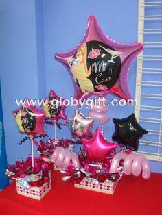 Arreglo con globos y centros de mesa para una despedida de soltera