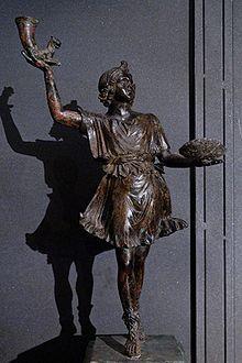 Bailarina con patera y rhrtos del siglo I d.C (representación de la edad antigua)