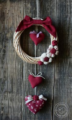 Bomboniere 💗 Home Decor Valentine Wreath, Valentine Day Crafts, Holiday Crafts, Valentines, Christmas Makes, Christmas Wreaths, Christmas Crafts, Christmas Ornaments, Outdoor Christmas Decorations