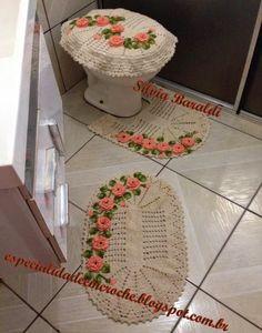 Este jogo de banheiro usei barbante cru Neves fio 8/4 para crochetar os tapetes o gráfico encontrei na net, para as fl...