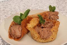 Coşuleţe dantelate cu brandy şi mousse de ciocolată Mousse, Hummus, Meat, Chicken, Ethnic Recipes, Food, Essen, Meals, Yemek