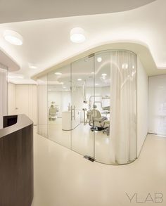 Dental Clinic Vallès & Vallès by YLAB Arquitectos Barcelona Dental Office Design, Medical Design, Healthcare Design, Design Offices, Modern Offices, Clinic Interior Design, Clinic Design, Health Design, Cl Design