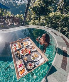 A floating breakfast in Bali is the best breakfast you can get 🍽🥥 Tag someone who needs to eat like this 😊😎 ➖➖➖➖➖➖➖ 📸 ➖➖➖➖➖➖➖… Vacation Places, Honeymoon Destinations, Dream Vacations, Places To Travel, Strand Thailand, Beautiful Hotels, Beautiful Places, Voyager Loin, Blog Voyage