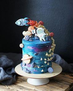 Astronaut space party cake with space suit, astronaut, spaceship, planets 2nd Birthday Party Themes, Baby Birthday, Birthday Parties, Birthday Cake, Astronaut Party, Galaxy Cake, Space Party, Cute Cakes, Creative Cakes