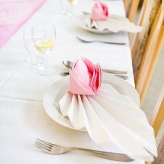 Das Servietten Falten in Form einer Rose ist zwar nicht ganz leicht, aber ist auf jeden Fall ein toller Eycatcher. | Hochzeit | Geburtstag | Weihnachten