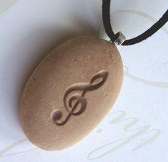 Si te gusta la música, te encantará este hermoso símbolo. Profundamente está tallada en un guijarro de la playa de suave tono ligero de California